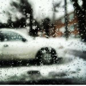Olha os floquinhos de neve no vidro do carro!