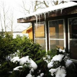 Olha a neve caindo e congelando no telhado de casa!