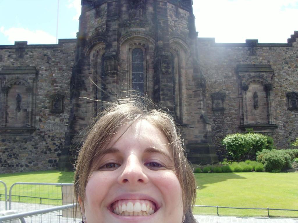 Essa é a Dani, em frente à um dos mil castelos da Irlanda