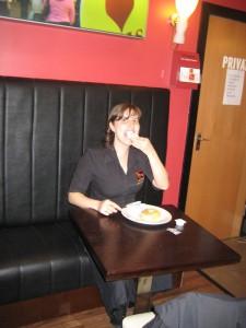 A Dani comendo no trabalho