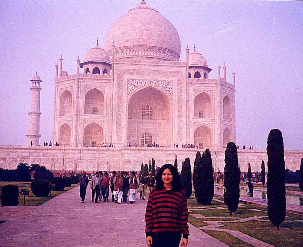 Renata frente ao Taj Mahal