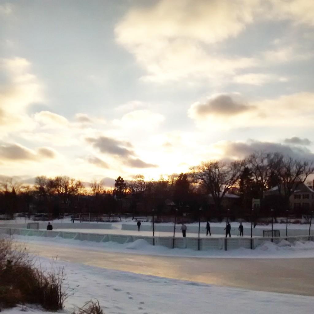 Hockey em um lago congelado em Minneapolis