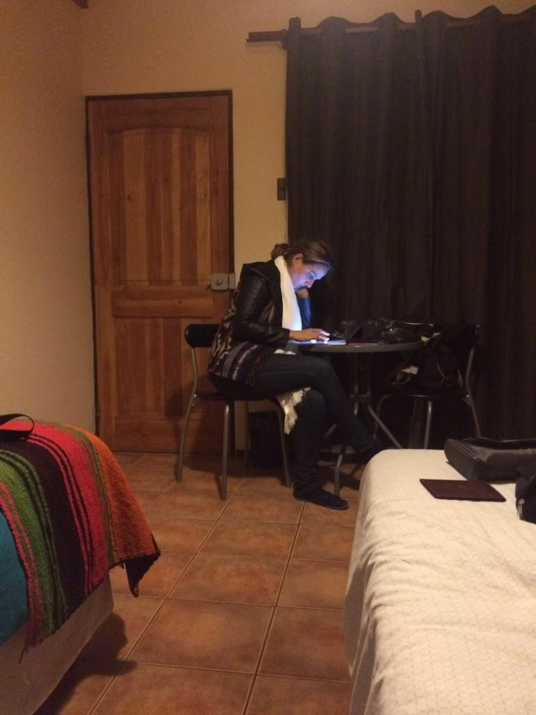 Escrevendo o post de Estadão através de um tablet no hostel do Atacama.