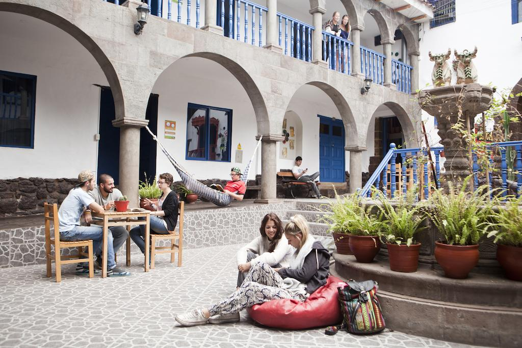 Área de convivência no Millhouse Hostel em Cusco