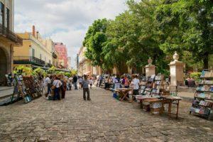 O que fazer em Havana: ver a feirinha da Plaza de Armas
