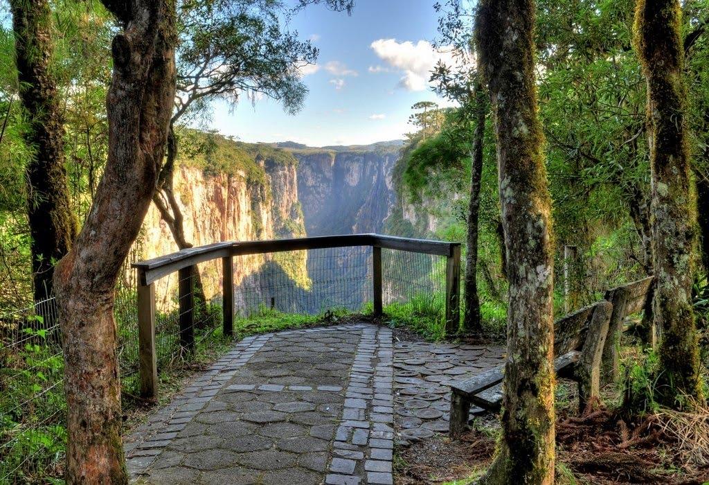 Trecho da trilha, com banco e mirante de frente para o cânion, em cambará do sul