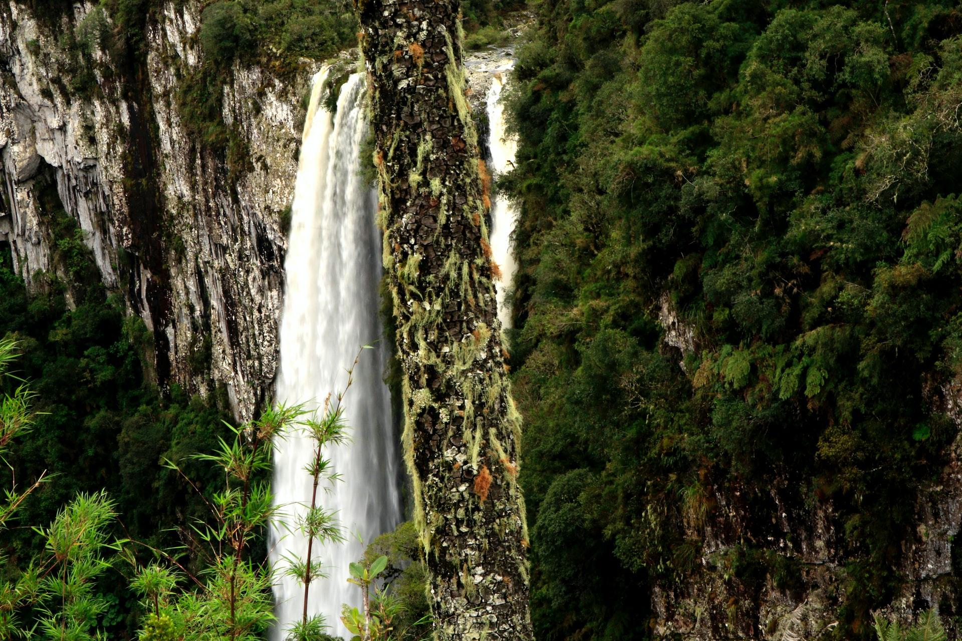 cachoeira no canion itaimbezinho em cambará do sul