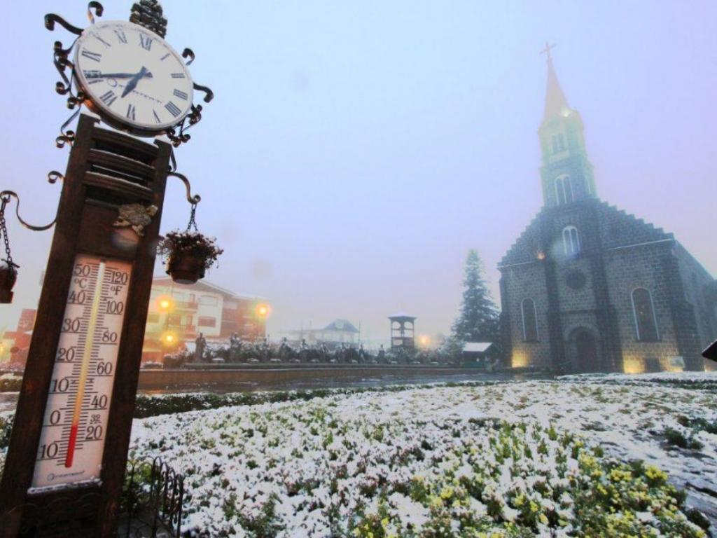 Igreja Matriz de São Pedro e o termômetro em Gramado