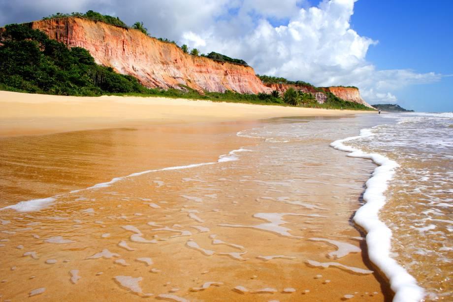 Onda molhando a areia na encosta da Praia do Taípe