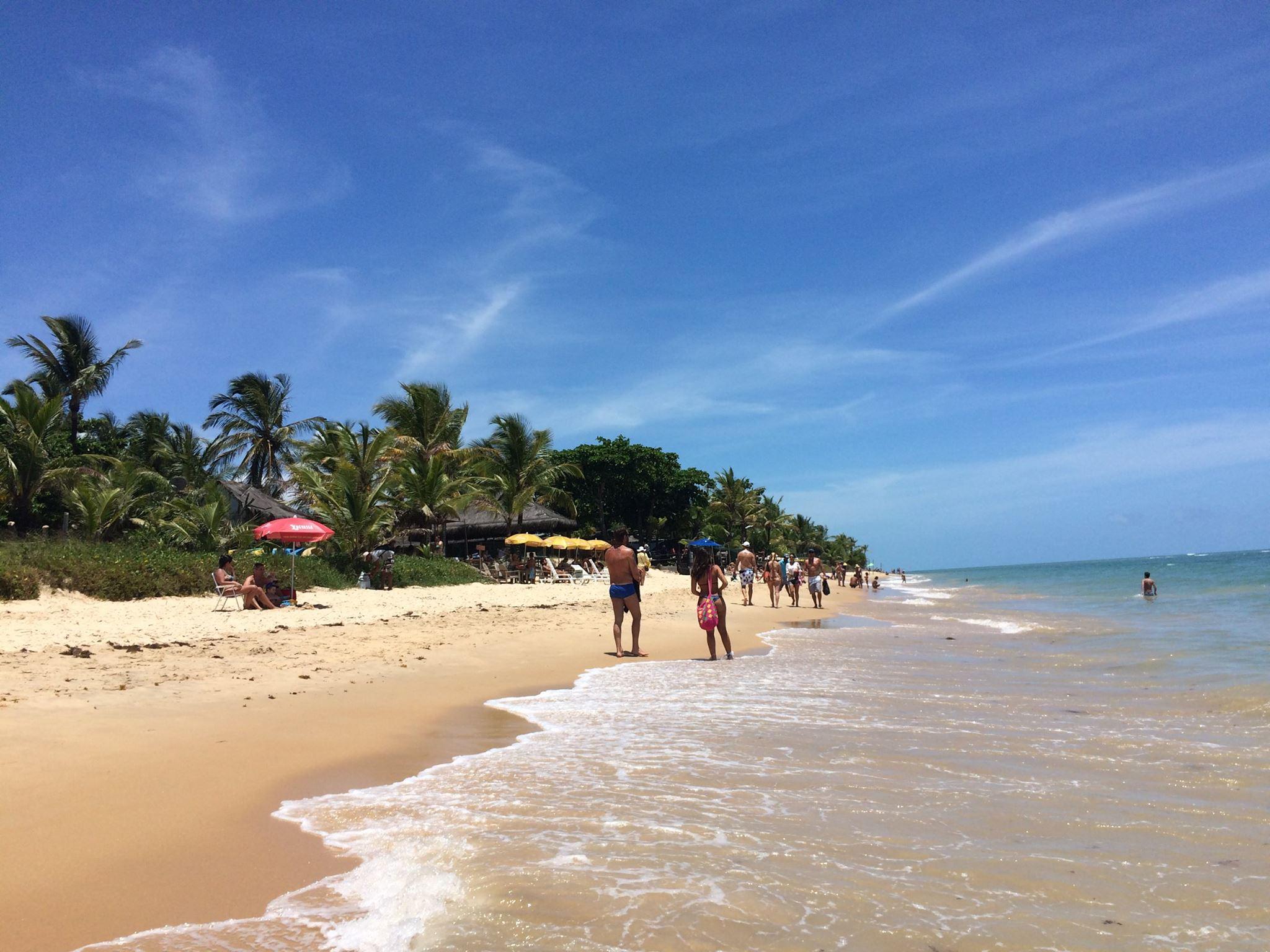 Banhistas curtindo a praia de Araçaipe.
