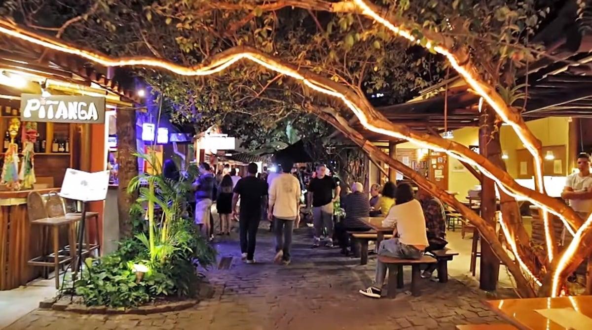 Noite na rua Mucugê, em Arraial d'Ajuda