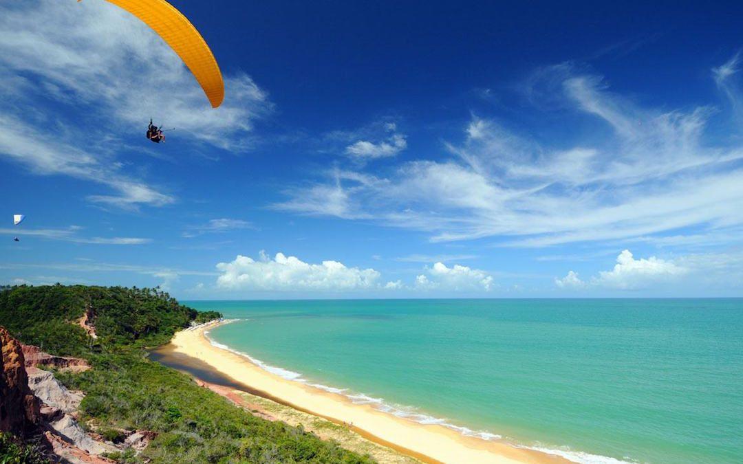 Voo de parapente na praia de Pitinga, em Arraial d'Ajuda