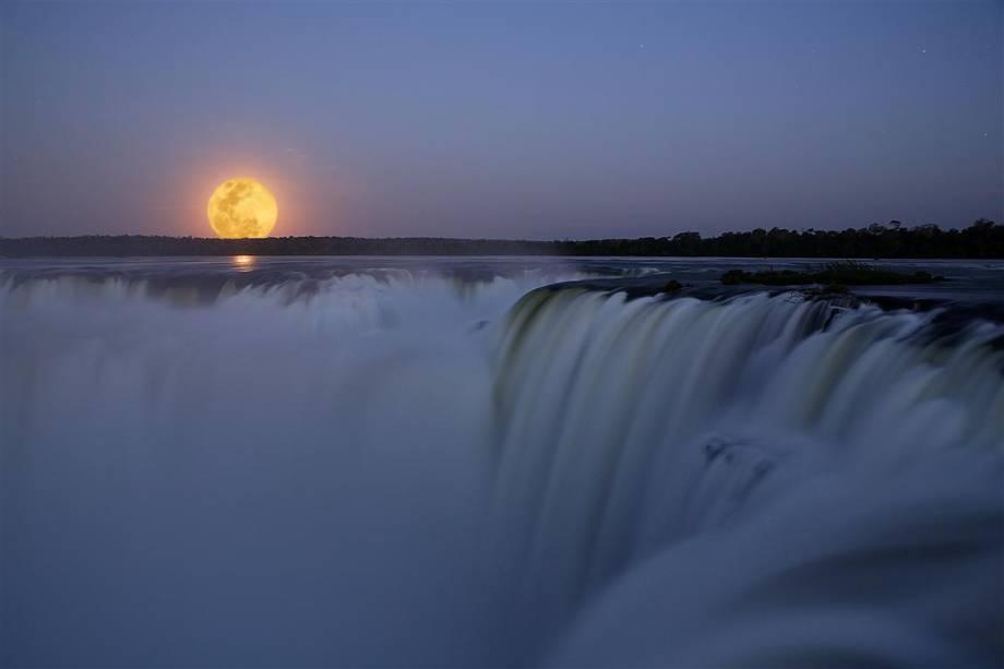 Lua cheia sobre as quedas das cataratas do iguaçu.