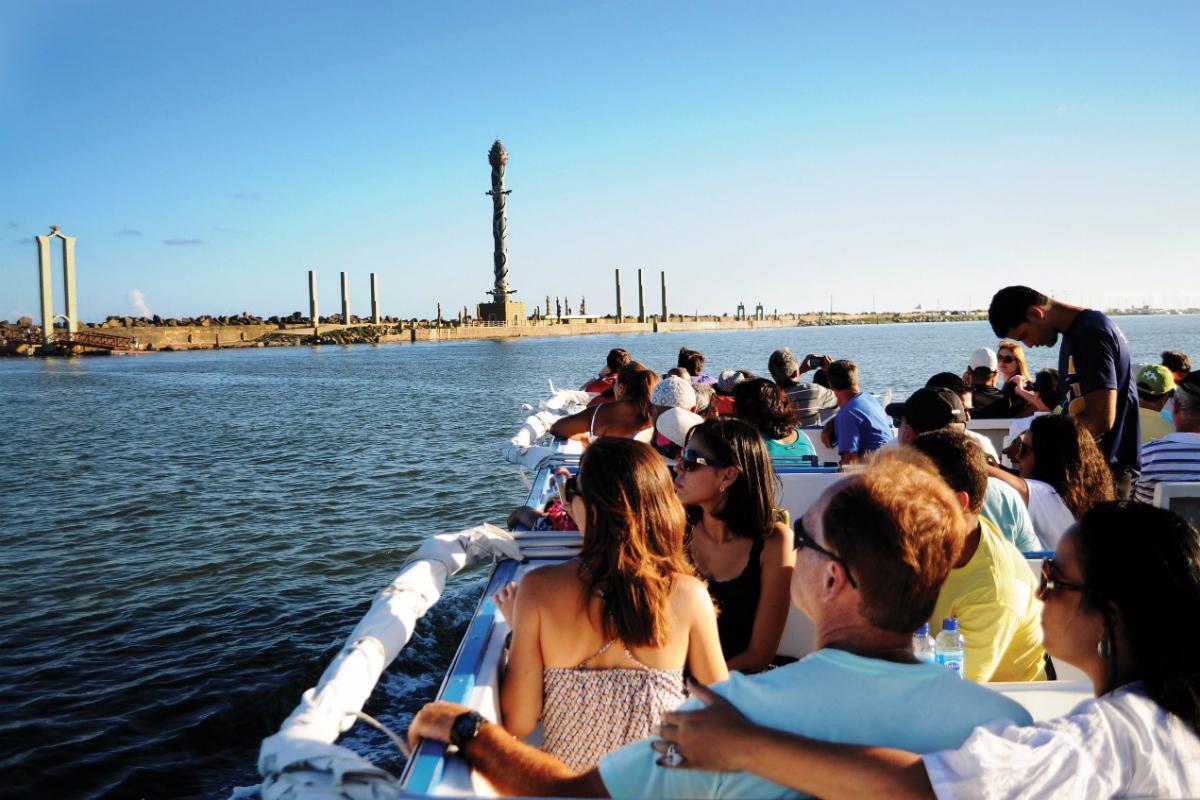 Passeio de catamarã pelo rio capibaribe em recife, com Parque das Esculturas de Francisco Brennand, ao fundo.