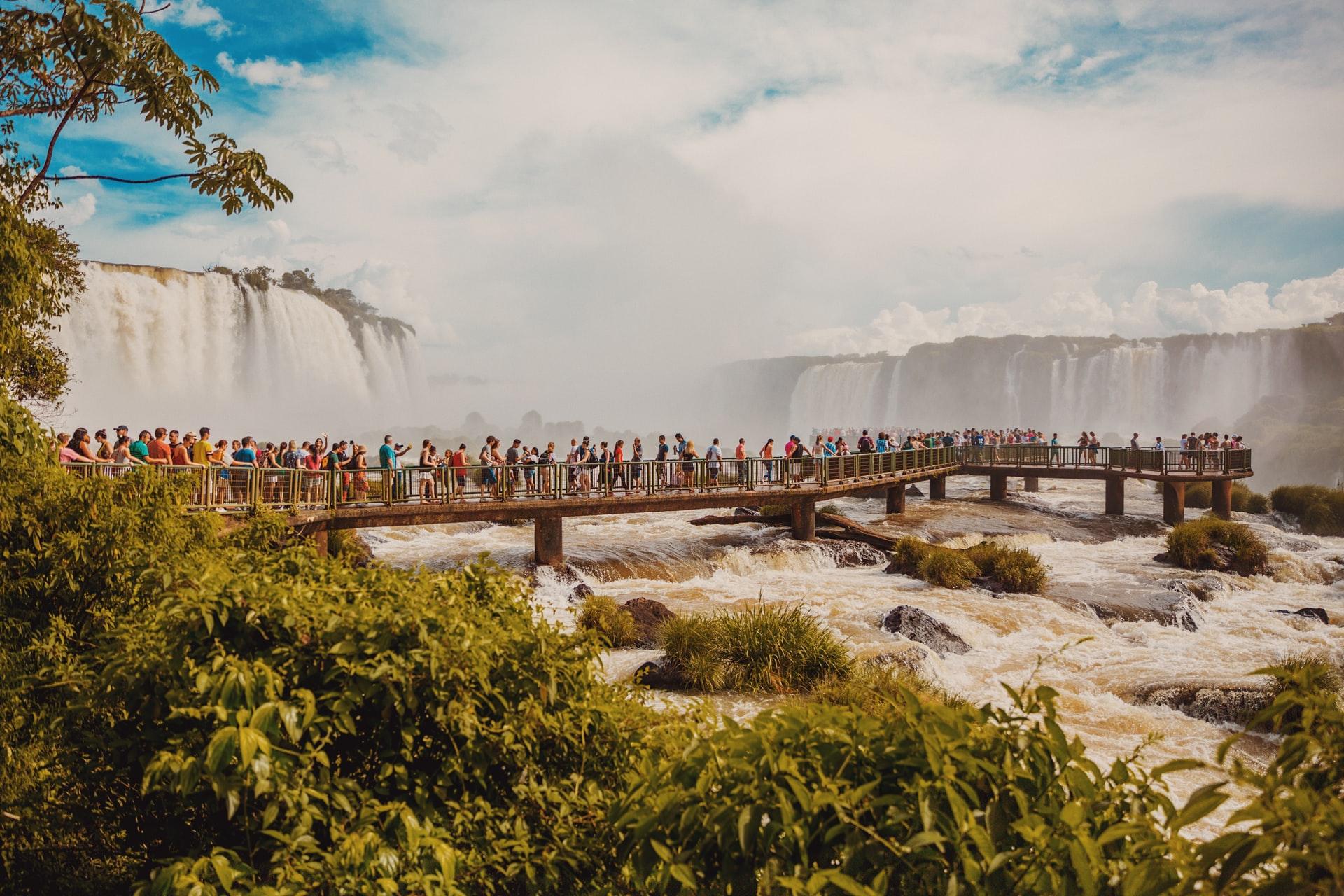 Passarela com turistas em um dos mirantes das cataratas do Iguaçu em Foz do Iguaçu