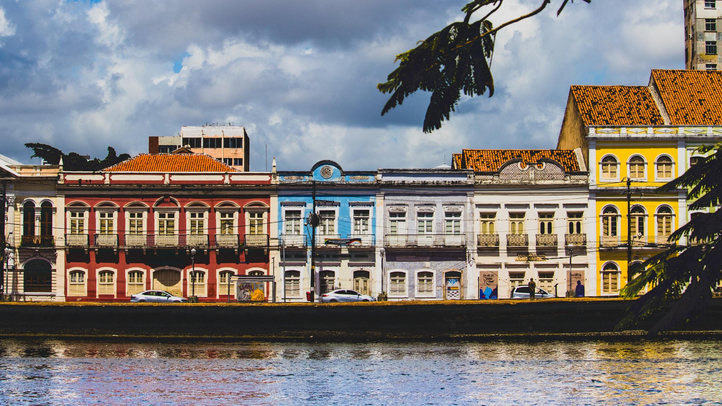Casas coloridas da Rua da Aurora em Recife, com de frente para o canal.