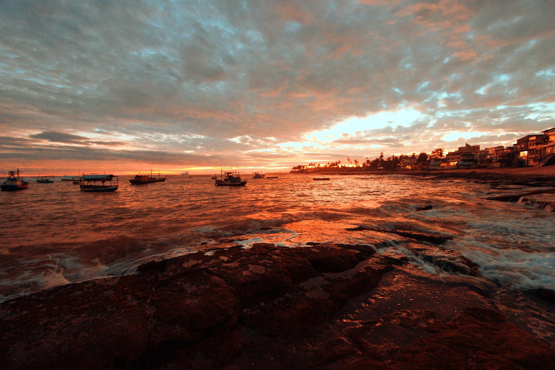 pôr do sol em praia de Salvador na Bahia